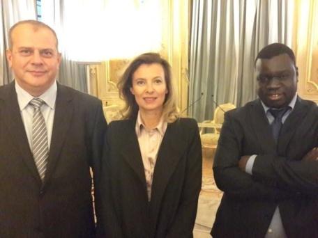 El Malick Seck en compagnie de la Première Dame française Valérie Trierweiler et de l'homme d'affaires Attal au Quai d'Orsay