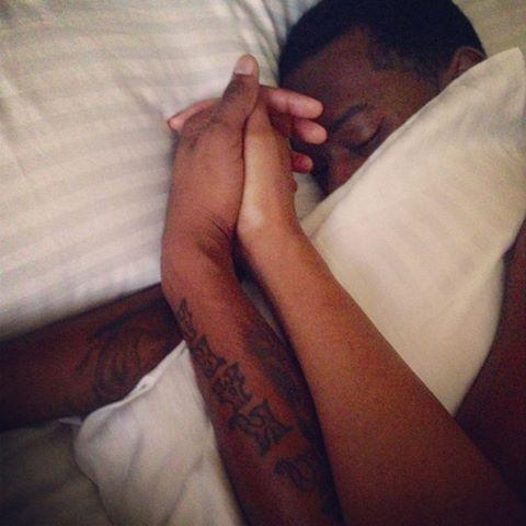 Ibou Kara Mbacké publie une autre photo ou il est sous la couette avec sa femme