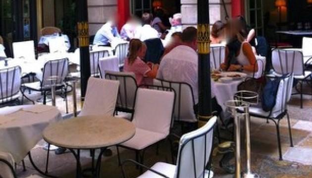"""Au restaurant Costes, les moches vont au fond: nous étions """"trop grosses pour la terrasse"""""""