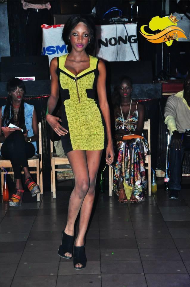 """Un mannequin du concours Miss Africité tente de camoufler ses tâches de """"khéssal"""" (dépigmentation) avec de la poudre"""