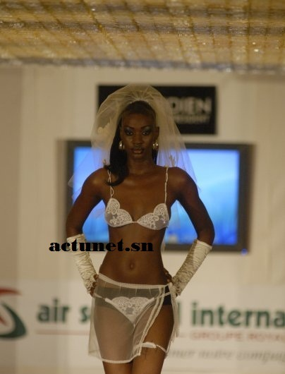 PEOPLE: Les mannequins Fleur Mbaye et Fatou Niang défilent à moitié nues au Fashion Week d'Adama Paris.