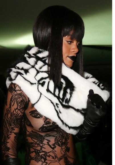 Rihanna : Sans soutien-gorge et piercing apparent au défilé Jean Paul Gaultier !