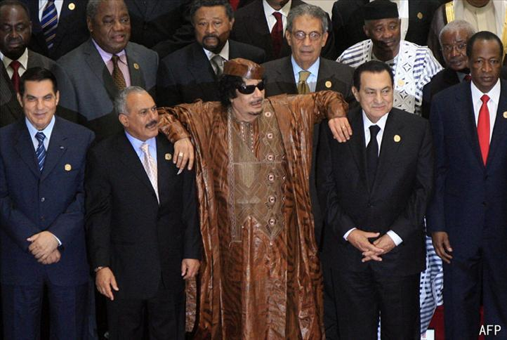 © AFP  Sur la photo, de g.à dr.: Ben Ali (ex-président tunisien), Saleh (Yemen, sur la sellette), Kadhafi (Libye, sur la sellette) et Moubarak (ex-président égyptien)