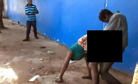 PHOTO - Un fou et une folle se livrent à des ébats sexuels en pleine rue