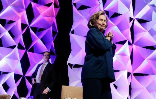 Après le président George W. Bush, une chaussure lancée sur Hillary Clinton