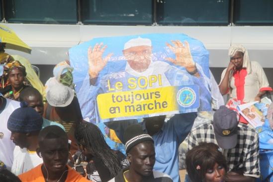 PHOTO - Folle ambiance à l'aéroport de Dakar. La stratégie wadienne débute bien