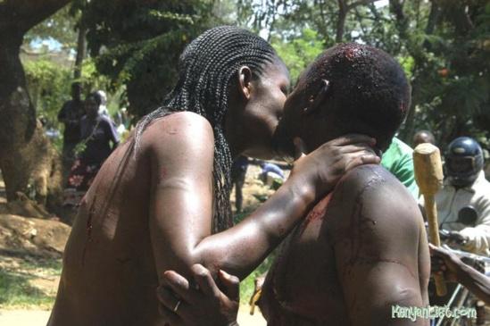 Fornication  - Un pasteur et la femme d'un policier battus et forcés à s'embrasser en public