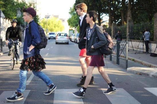 IMAGES - Lutte contre le sexisme : Les garçons se mettent en jupe !