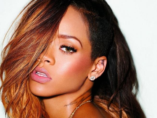 Rihanna : Toute nue pour son sacre devant Naomi Campbell très décolletée
