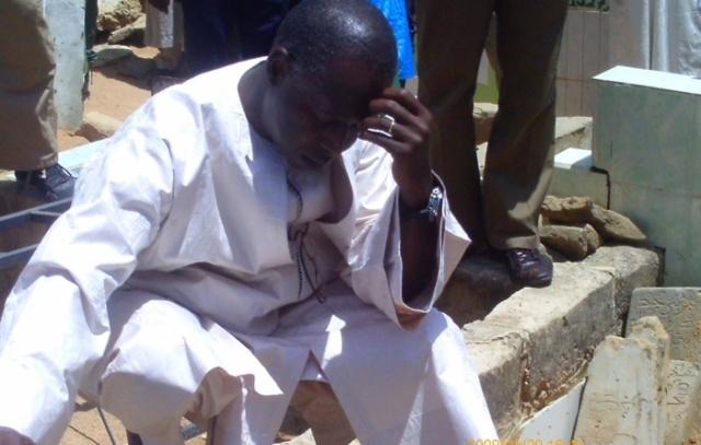 Mohamed Dionne se recueille sur les tombes de ses parents à Touba
