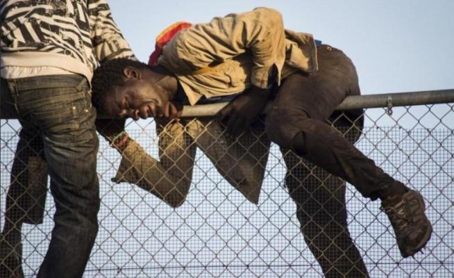 Photos choquantes + Vidéo: Emigrés clandestins coincés, tentent d'atteindre l'Europe… Regardez