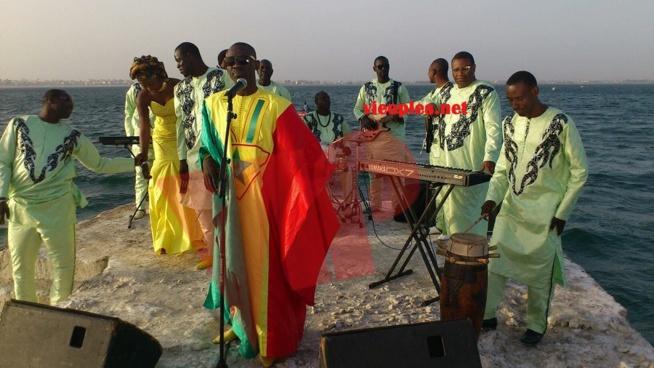 Pape Diouf met en valeur les couleurs nationales pour féter l'indépendance du Sénégal au Dock de Pullman le 04 avril à Paris