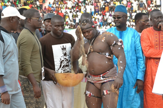 Revivez les images du combat Bombardier Modou Lo comptant pour le drapeau Pape Ndiaye le couturier des chefs d'Etats