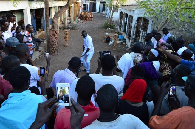 photos pape diouf au village artisanal pour tourner le clip malaw. Black Bedroom Furniture Sets. Home Design Ideas