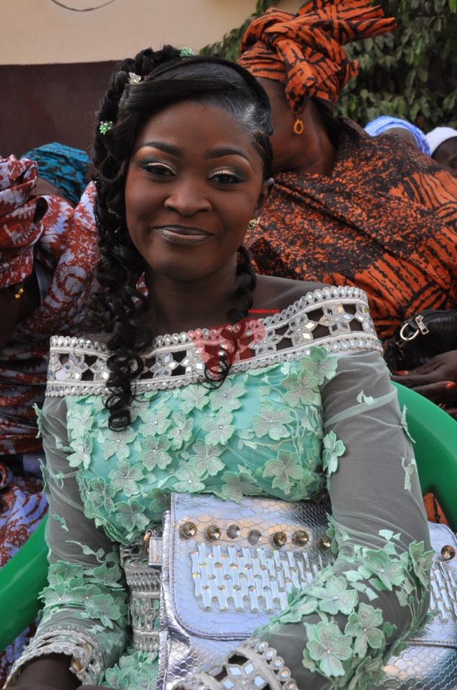 L'animatrice deWalf Tv, Sister Thiaba s'est pendue la cordre au cou de Mr Alioune Badara Ndiaye. Regardez