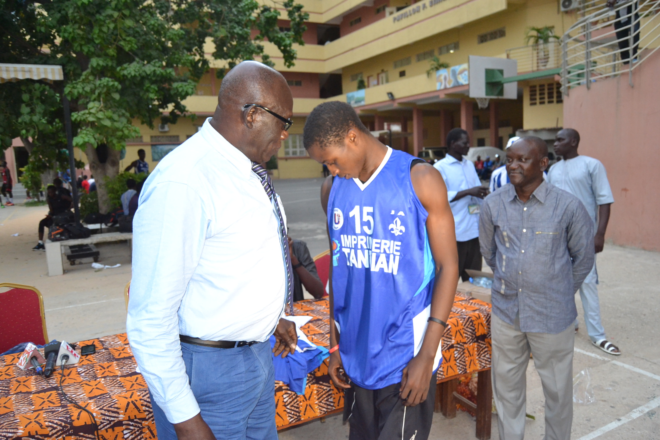 Don d'équipements sportifs, Baba Tandian apporte son soutien au J A.