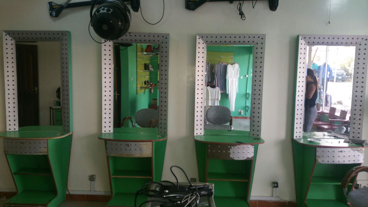 materiel salon de coiffure a dakar coiffures modernes et coupes de cheveux populaires en france. Black Bedroom Furniture Sets. Home Design Ideas