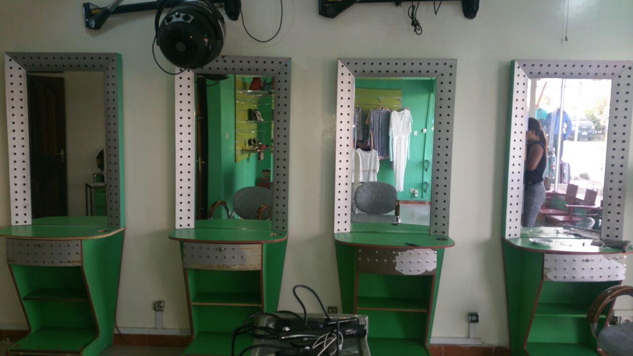 urgent bonne affaire lot de mat riel pour salon de coiffure vendre prix tr s int ressant. Black Bedroom Furniture Sets. Home Design Ideas