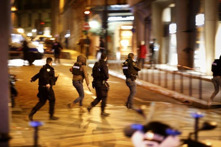 Fusillade sur les Champs-Elysées: un policier tué, l'assaillant abattu