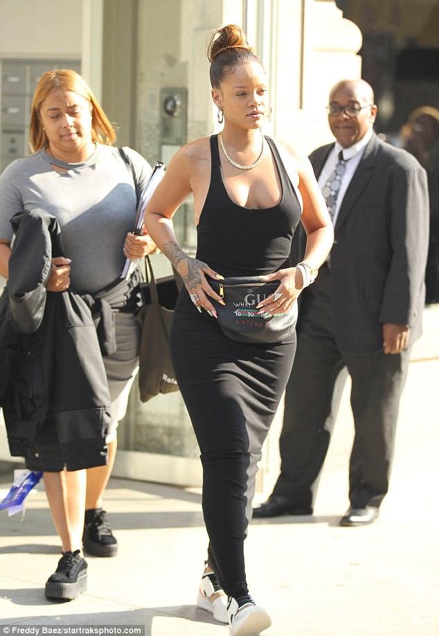Rihanna promène sans soutien-gorge dans les rues de New-York, la Toile s'enflamme, elle fait…