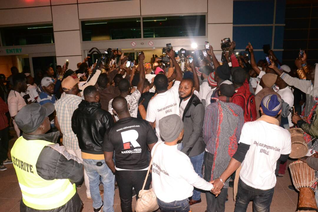 Les images de l'arrivée du Nigerian Tenko à l'AIBD pour son concert du 14 avril au monument de la renaissance avec RAKHOU PROD.