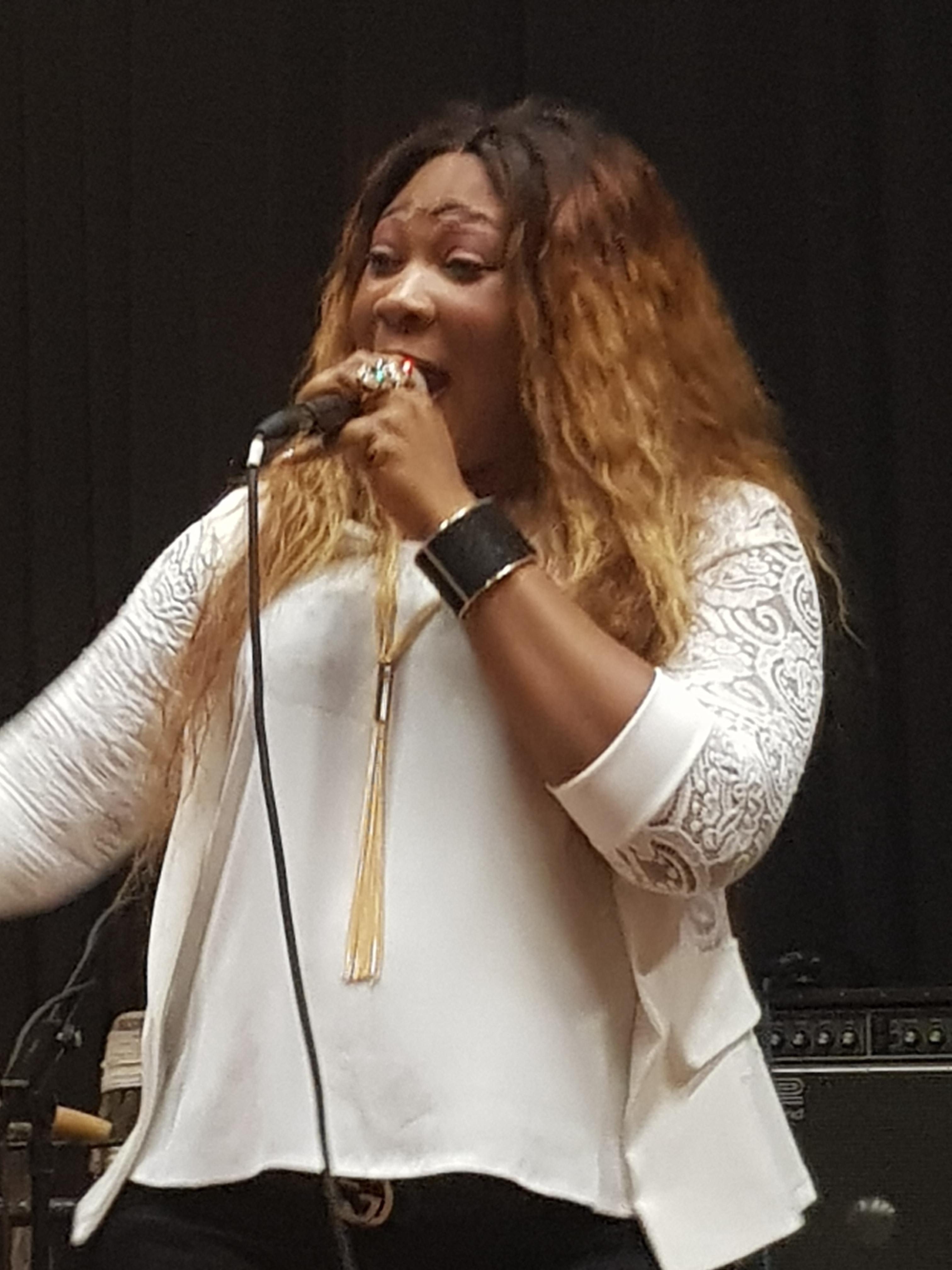 En live découvrez le nouveau single de sister Yaki à Bruxelles.