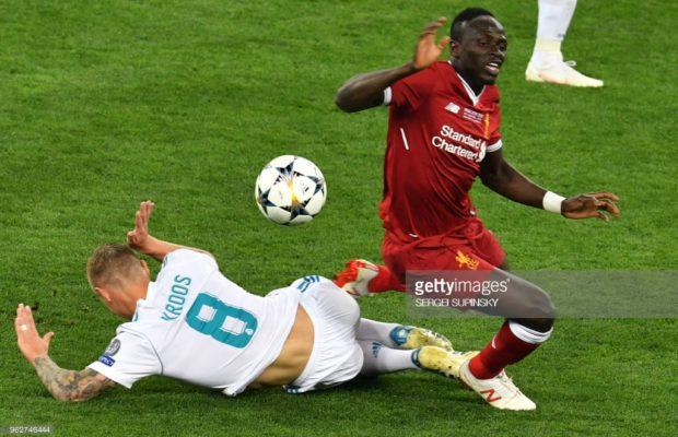 Egalisation de Liverpool !! PAR Sadio Mané sur le corner. Il célèbre le but comme Salah, en hommage à l'Egyptien.