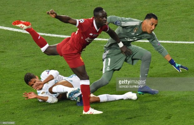 Euh.. le Real vient de marquer parce que la gardien de Liverpool a laché la balle dans les pieds de Benzema. Incroyable et/ou honteux.