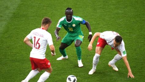 Photos : Sadio Mané encerclé par les Polonais