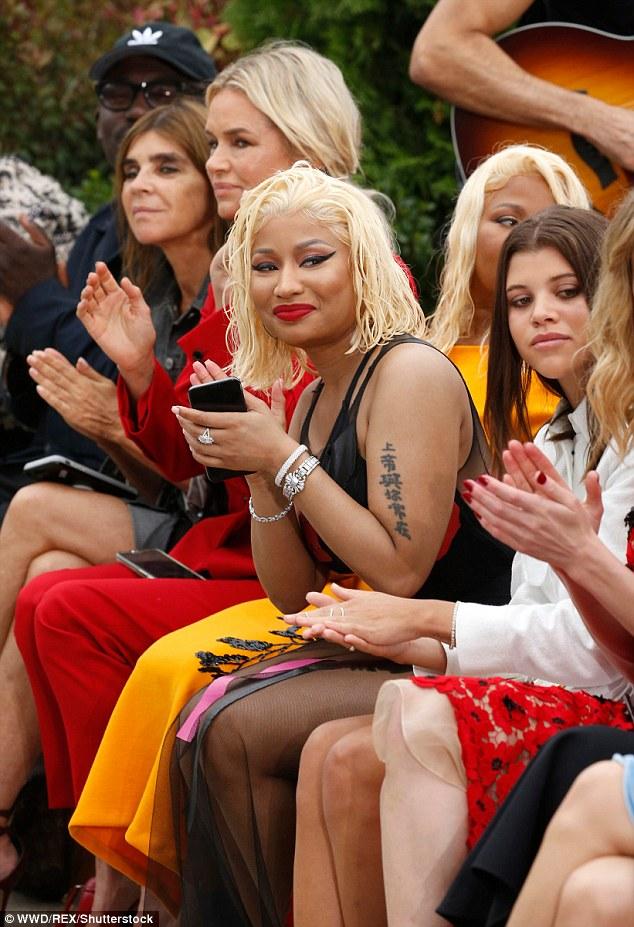 Nicki Minaj fait tourner les têtes avec une robe semi-transparente et des cheveux mouillés avec sa mère