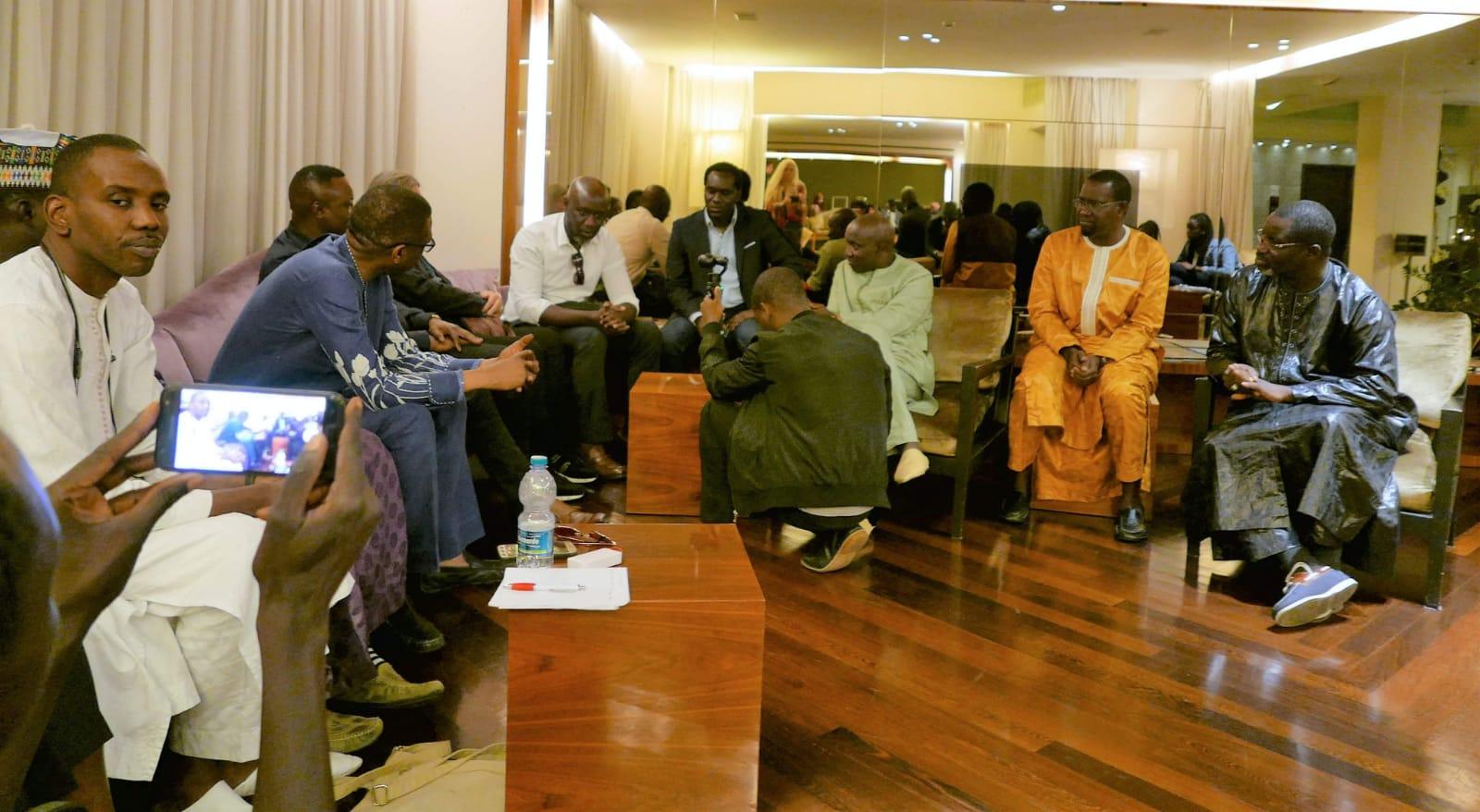 """Youssou Ndour à la rencontre de Asse Ndiaye le président de """"FÉKKÉ MA CI BOOLÉ"""" en Italie avec ses partisans."""