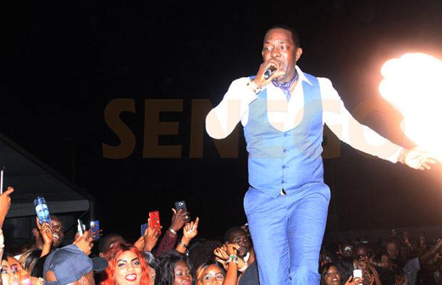 Surprise ! Mbaye Dièye Faye chante de la Salsa. Regardez !