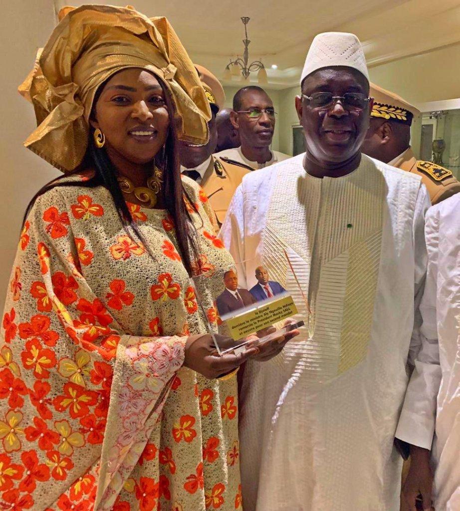 L'épouse d'Aly Ngouille Ndiaye resplendissante de beauté aux côtés de Macky Sall