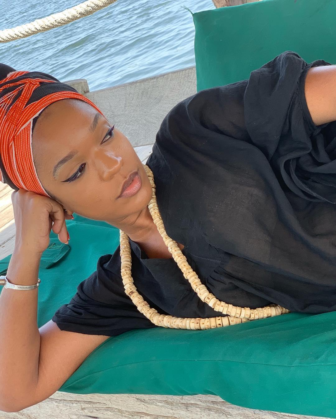 Penda de la série Idoles étale sa sensualité au bord de la mer