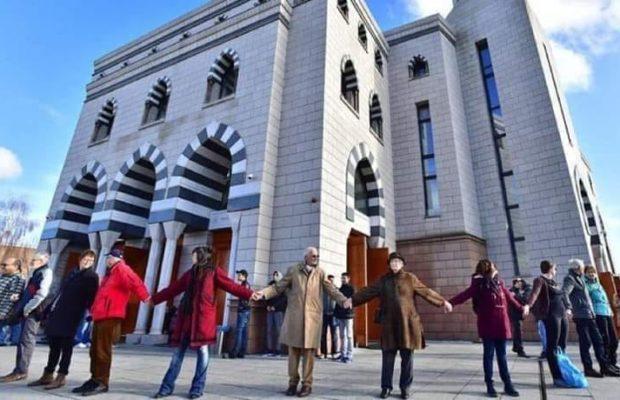 Ces canadiens ont encerclé la mosquée pour la protéger pendant la prière