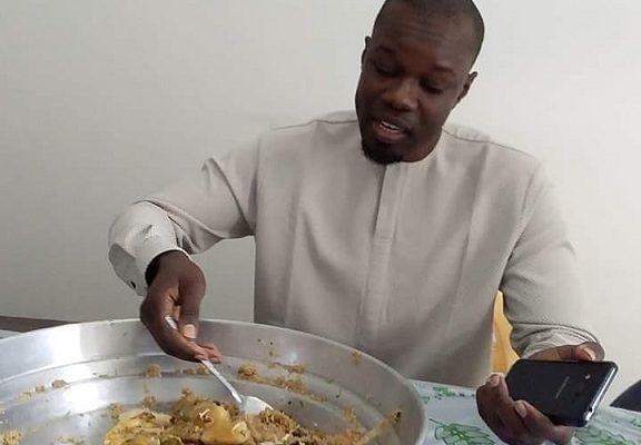 Ousmane Sonko dégustant son plat de « Thiébou dieune »