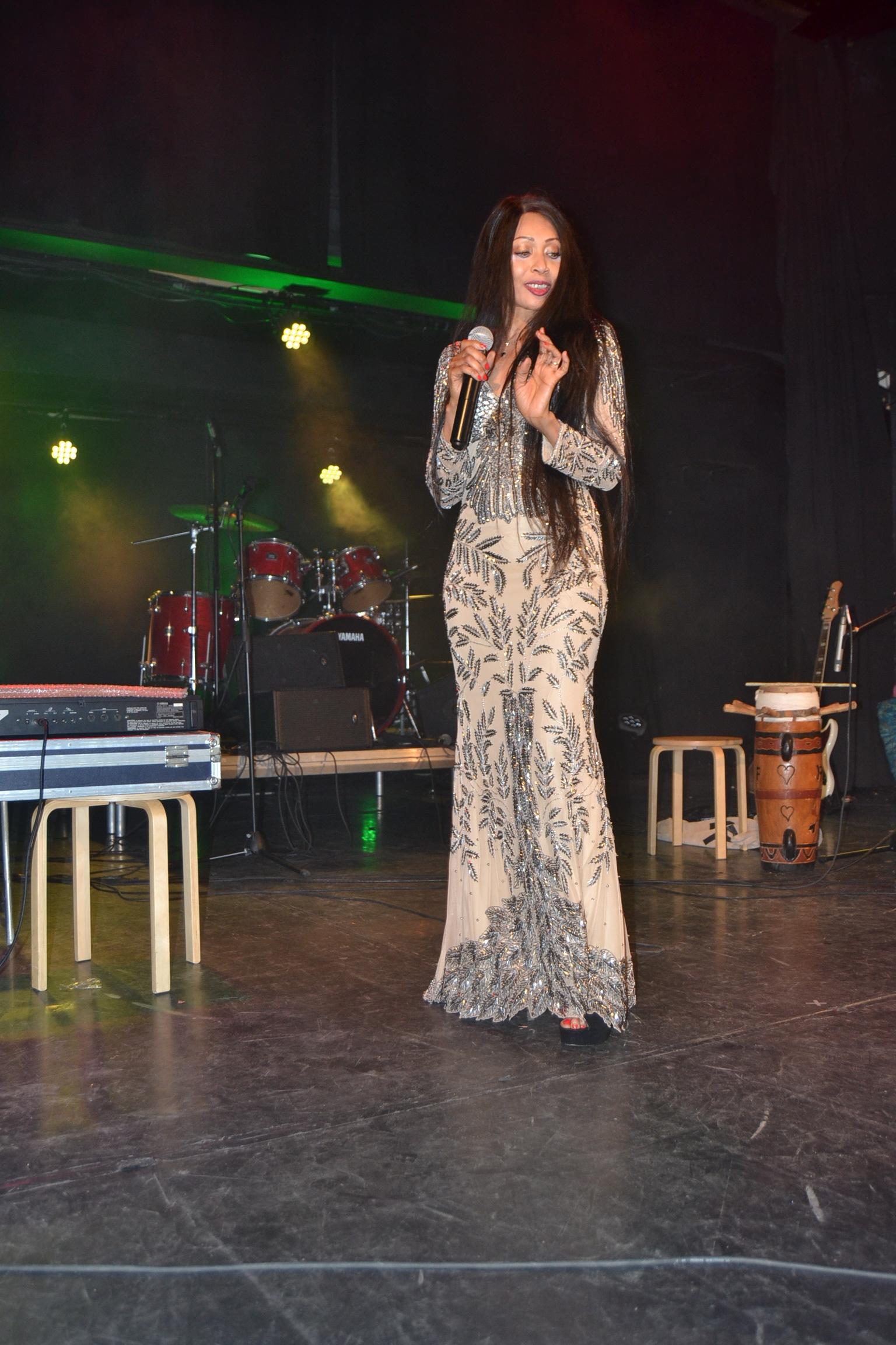 A la découverte de la chanteuse Isis Isis sur la scène du concert de Pape Diouf à Genève en Suisse.