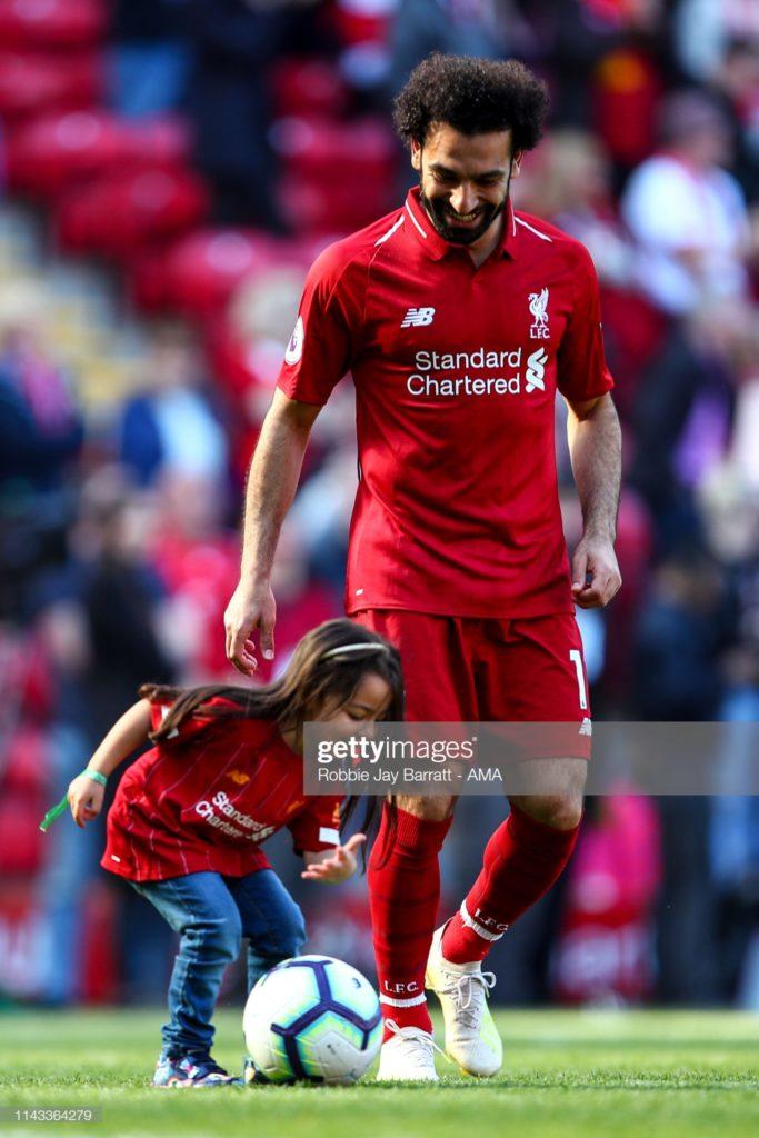 Les fans de Liverpool aiment la réaction de Salah au partage du soulier d'Or avec sa fille « Oui, je sais que nous en avons un à la maison »