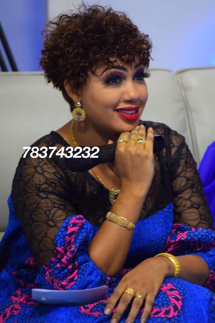 Q.G: Dieynaba Seydou Ba de la TFM fait confiance à l'expertise de NEYMANE COIFFURE pour ses coiffures. Sacre Coeur boulangerie Jaune.