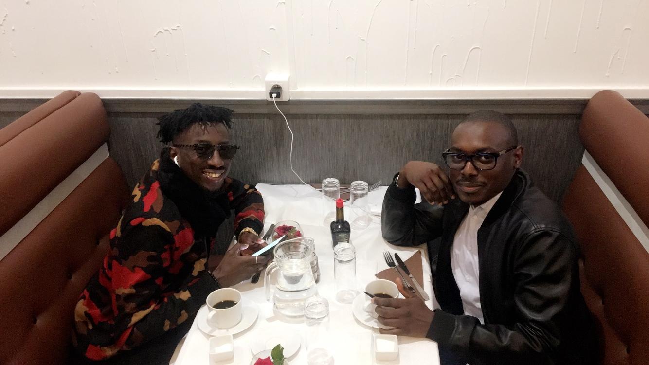 L'artiste El Hadj Keita en compagnie de son homme de confiance Kara Ngom à Paris