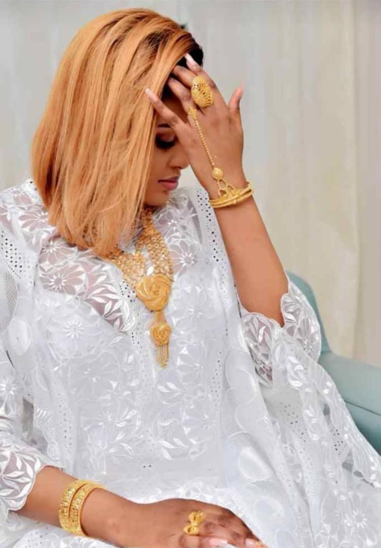 Admirez le sagnsé de Amina NDONG avec 21 carat d'OR