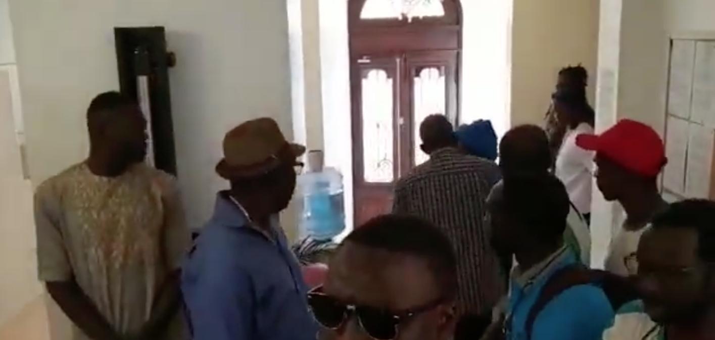Fermeture du consulat de Bordeaux, les tensions montent et les Sénégalais de Bordeaux manifestent leur NON!