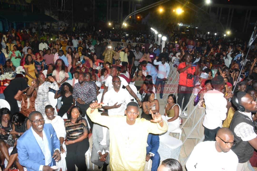 VIDÉO: Youssou Ndour revient en force à la place du souvenir pour donner un ndewleune à son public.