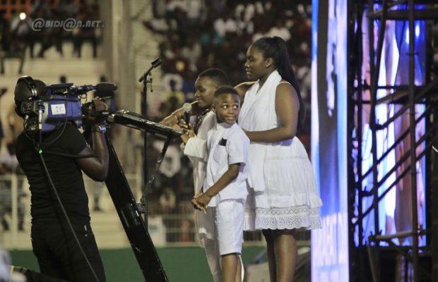 LES ENFANTS DE DJ ARAFAT LUI RENDE HOMMAGE AU STADE (Papa – Tu es parti trop tôt mais)