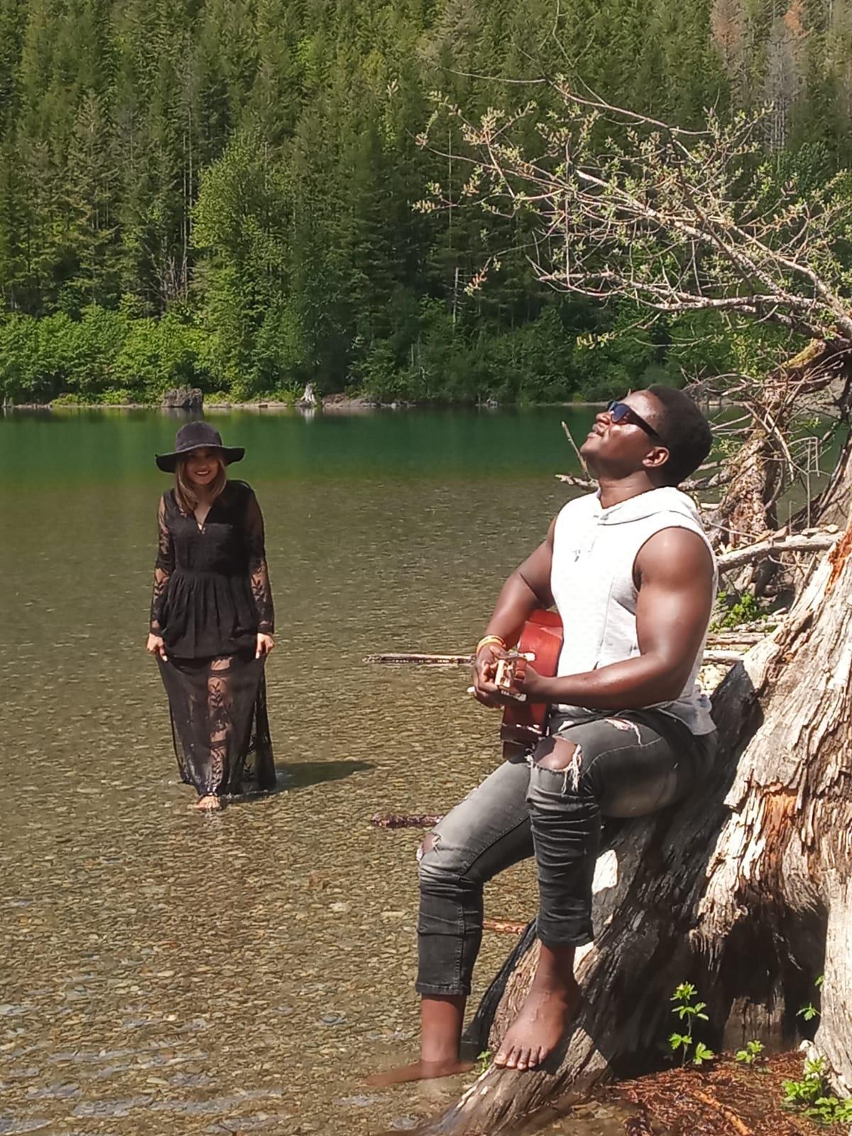 A la découverte de  Diery ....   Diery est un chanteur, guitariste et compositeur hors pair.