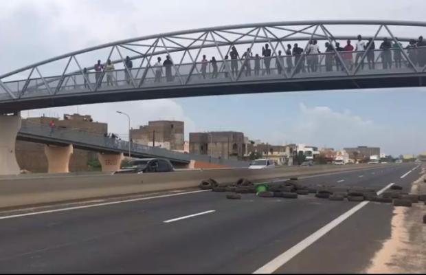 LE CANAL DU PÉAGE INONDE TOLL DIAZ : Laissées à elles-mêmes, les populations bloquent l'autoroute