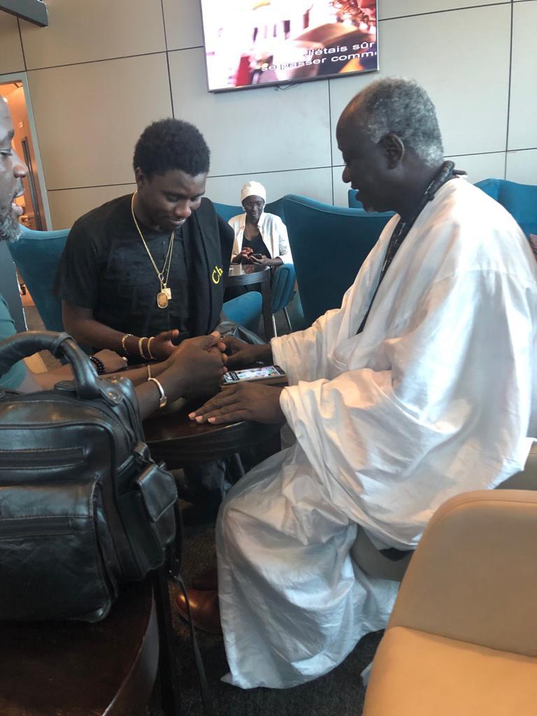 AIBD, Waly Seck au salon d'honneur avec Cheikh Ndigueul Fall destination Paris avant le lancement de sa puce téléphonique 2S MOBILE.
