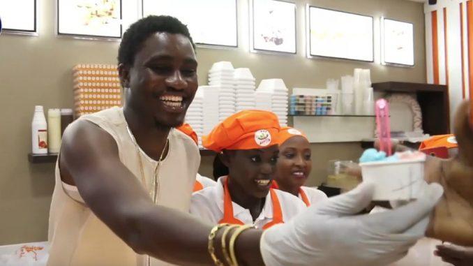 Mamamia Chez Katia : Wally Seck impressionne la clientèle avec sa simplicité et son comportement exemplaire
