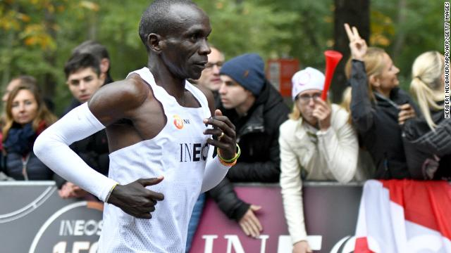 Le Kényan Eliud Kipchoge devient le premier homme à faire un marathon en moins de 2 heures