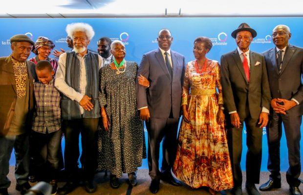 Une très belle photo de famille avec Président Macky Sall, Wole Soyinka, Mme Christiane Yande Diop, Djibril Tamsir Niane et la Sg de L'OIF